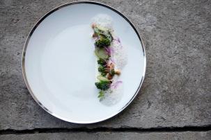 geräucherte haselnuss und broccoli