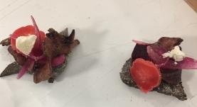 herz-blut. blut-brot. geflämmtes schweineherz. ofen-rote-rübe. rote-zwiebel-pickle. radieschen-pickle. rote-rüben-mayo. meringue